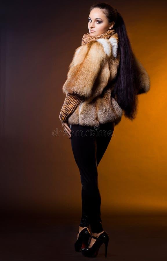 Mujer en un abrigo de pieles fotografía de archivo