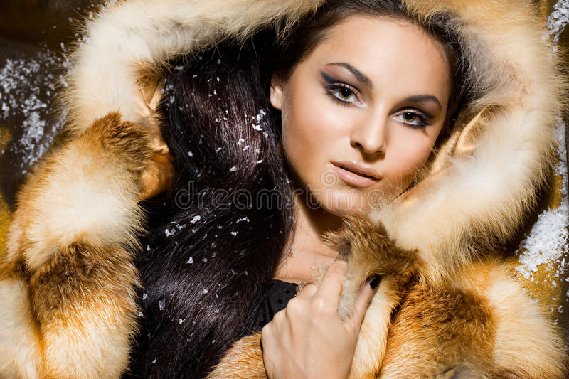 Mujer en un abrigo de pieles imagenes de archivo