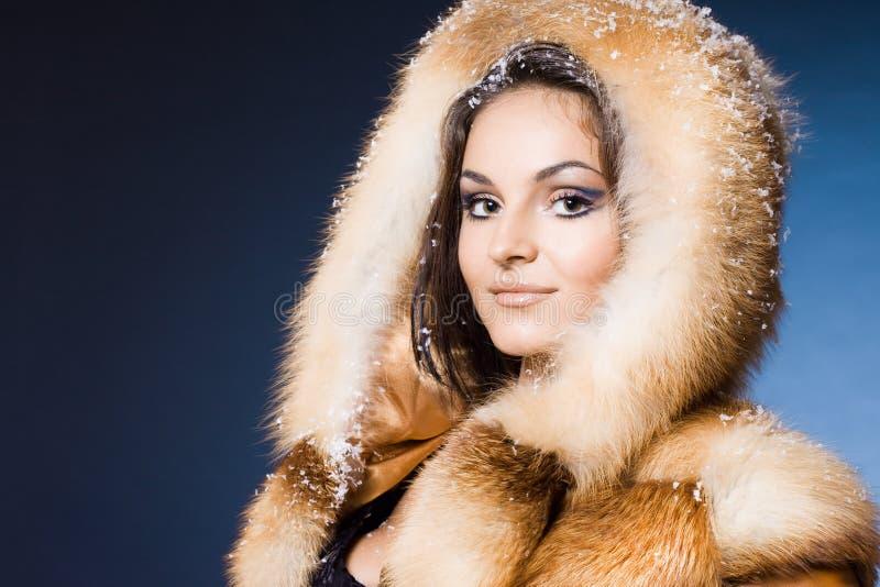 Mujer en un abrigo de pieles imágenes de archivo libres de regalías