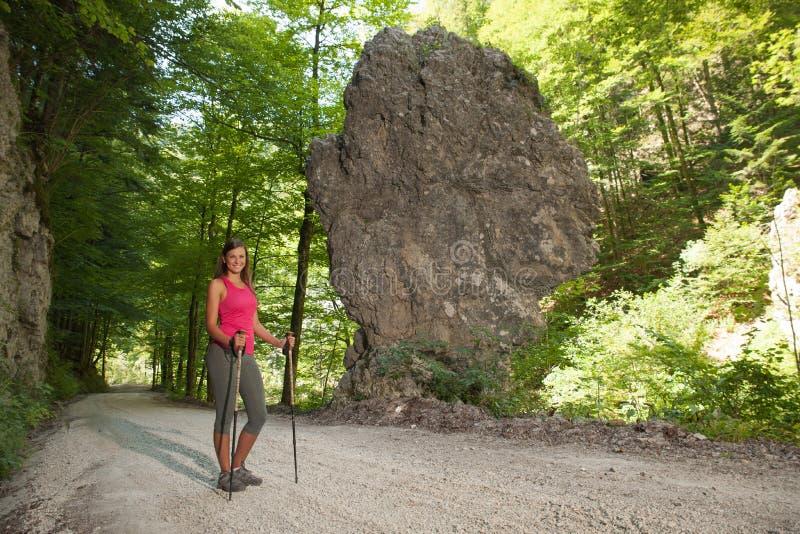 Mujer en un alza en la formación de roca en un día de verano caliente foto de archivo libre de regalías