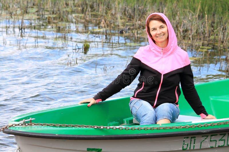 Mujer en un barco foto de archivo libre de regalías