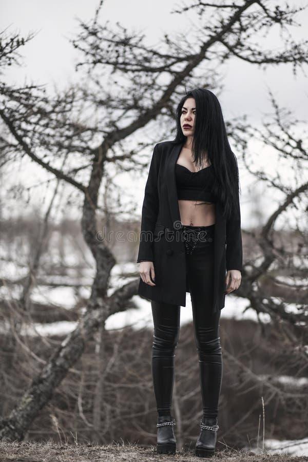 Mujer en un bosque seco imagenes de archivo