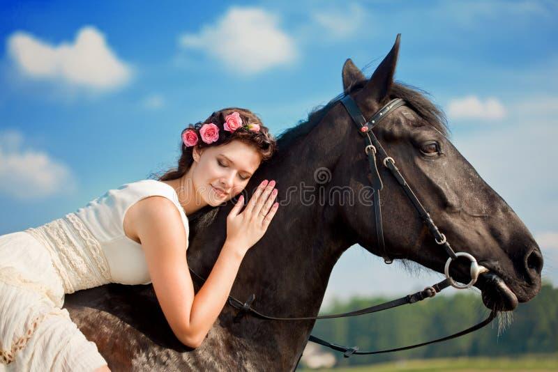 Mujer en un caballo por el mar fotos de archivo libres de regalías