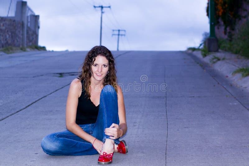 Mujer en un camino fotografía de archivo