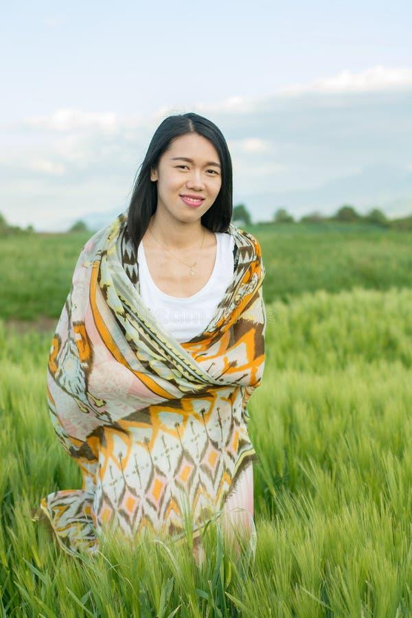 Mujer en un campo de trigo foto de archivo
