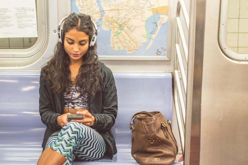 Mujer en un carro del subterráneo imagen de archivo libre de regalías