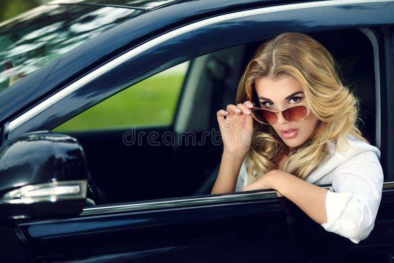 Mujer en un coche fotografía de archivo libre de regalías