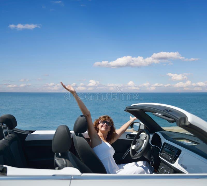 Mujer en un convertible blanco imagen de archivo libre de regalías