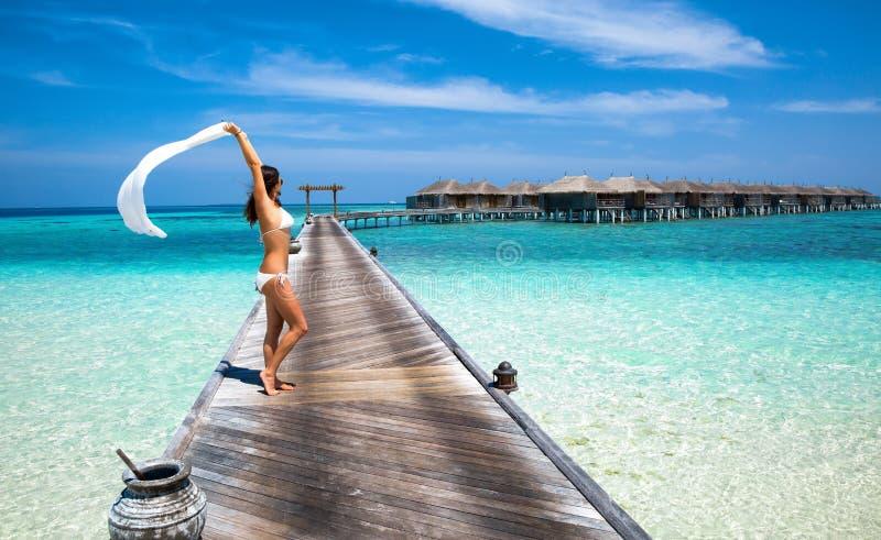 Mujer en un embarcadero maldivo fotos de archivo