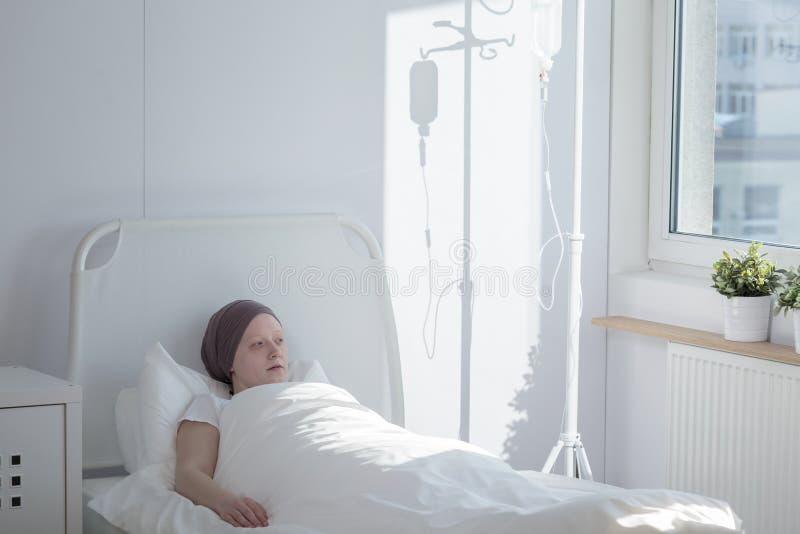 Mujer en un hospital imagen de archivo