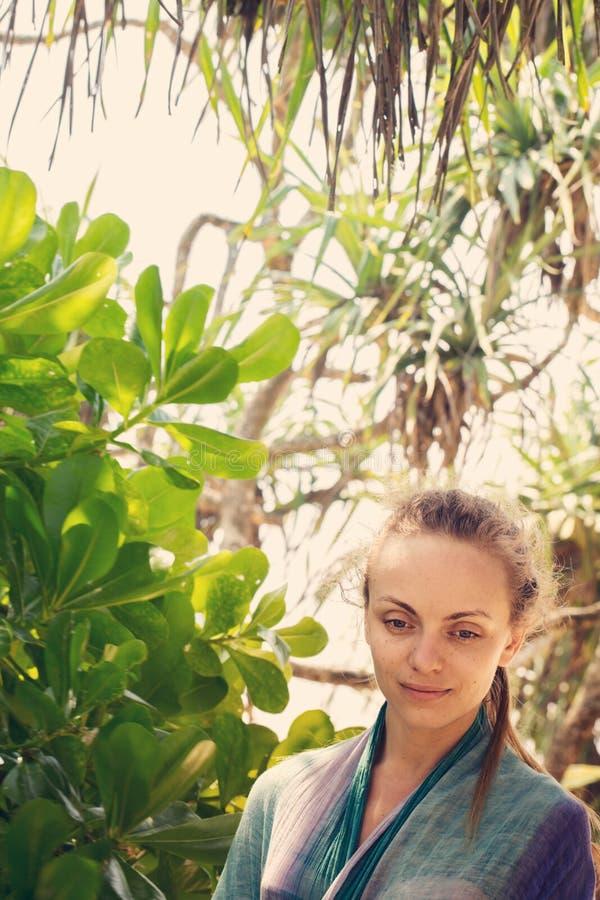 Mujer en un jardín tropical fotografía de archivo libre de regalías