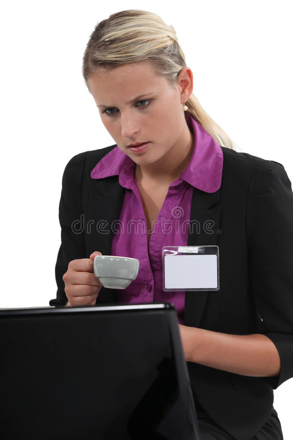 Mujer en un ordenador portátil imagenes de archivo