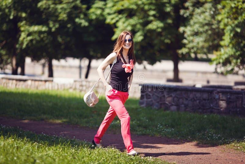 Mujer en un parque fotos de archivo