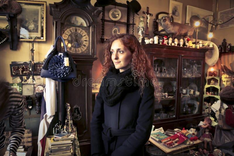 Mujer en un pequeño cuarto foto de archivo libre de regalías