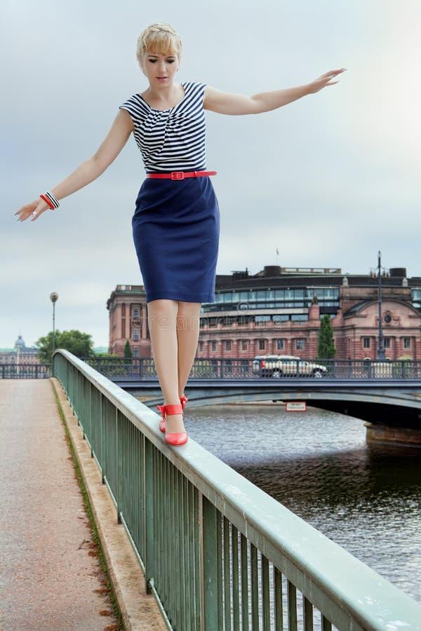 Mujer en un puente foto de archivo
