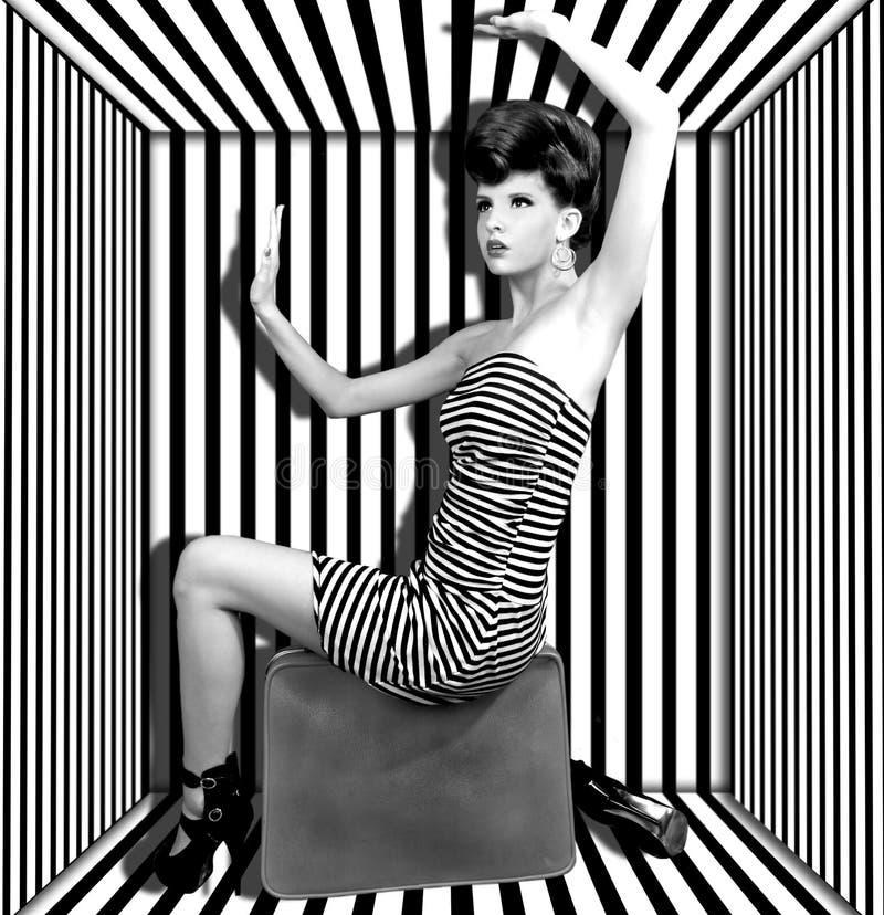 Mujer en un rectángulo con las rayas fotografía de archivo
