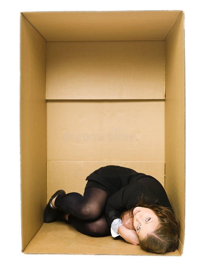 Mujer en un rectángulo de Carboard imagen de archivo libre de regalías