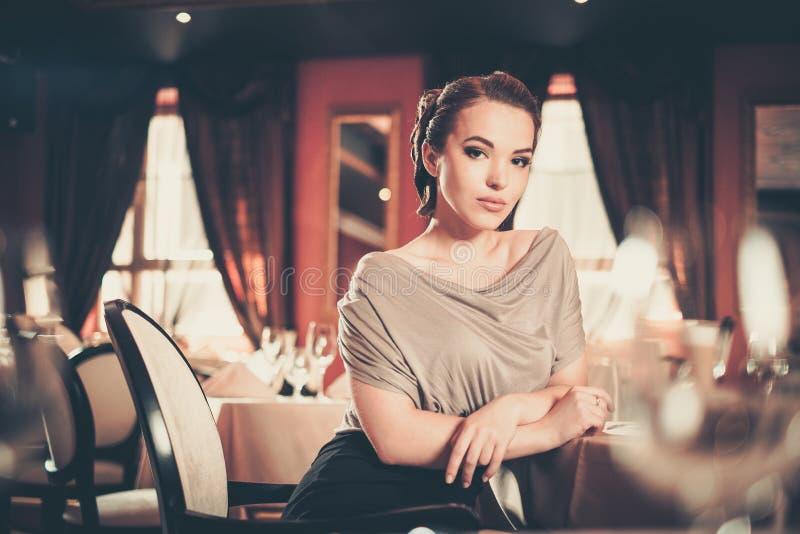 Mujer en un restaurante fotografía de archivo