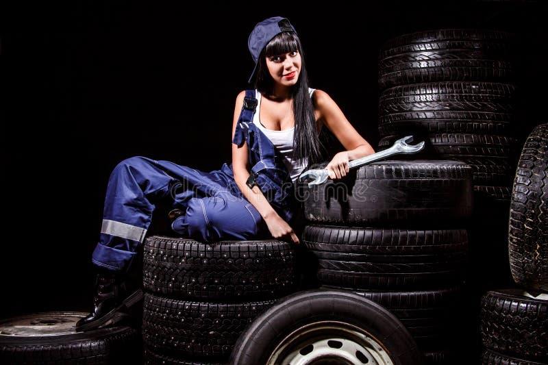 Mujer en un servicio del neumático fotografía de archivo