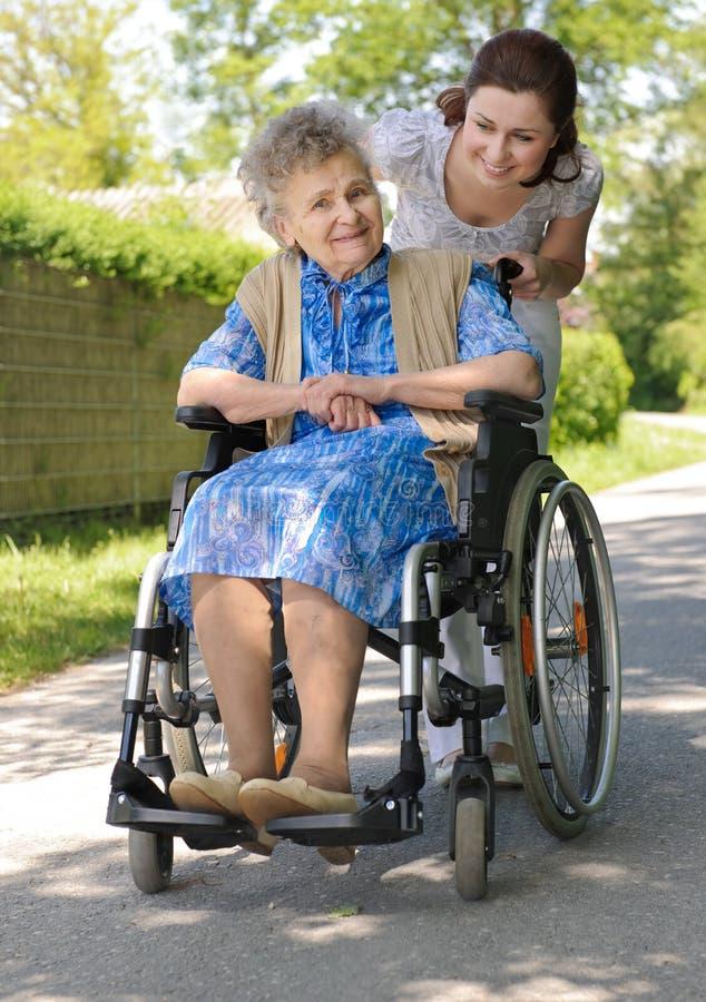 Mujer en un sillón de ruedas