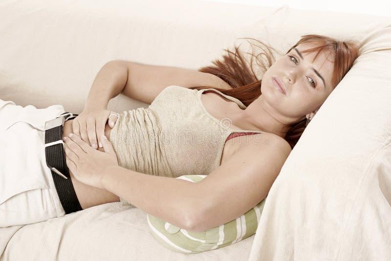 Mujer en un sofá foto de archivo