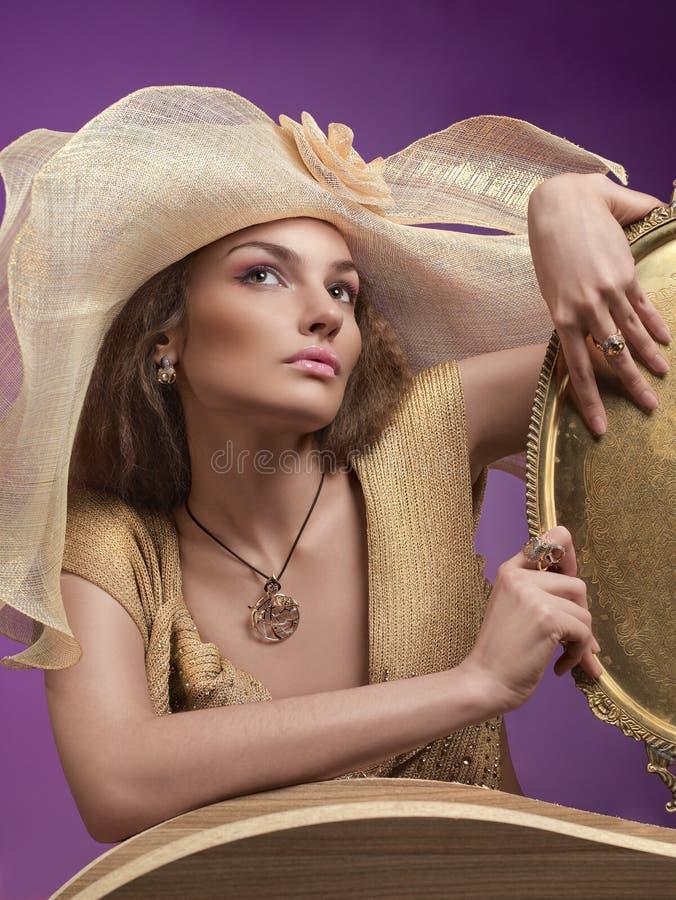 Mujer en un sombrero fotos de archivo libres de regalías