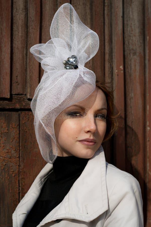Mujer en un sombrero blanco atractivo fotografía de archivo