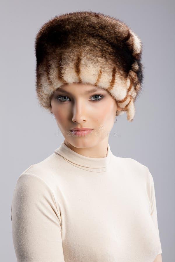 Mujer en un sombrero de piel imagen de archivo libre de regalías