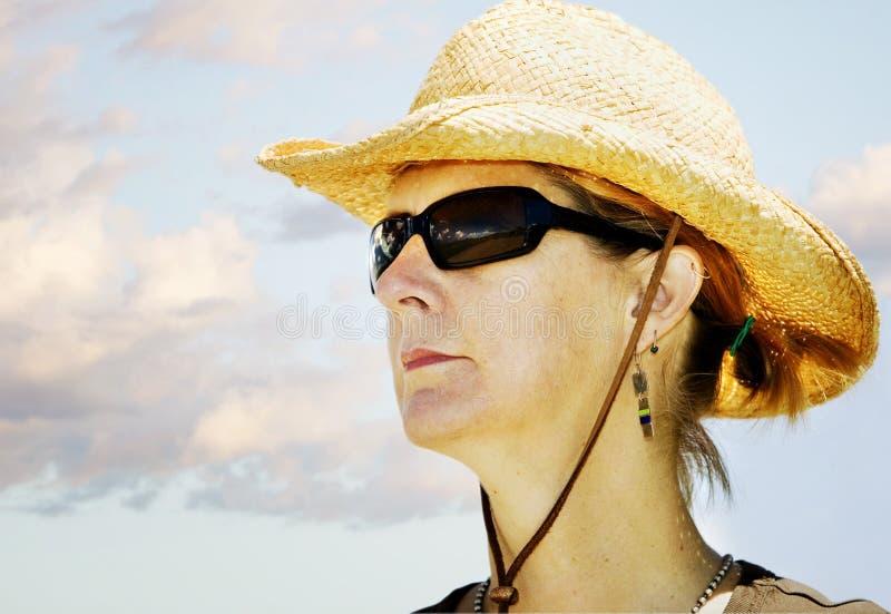 Mujer en un sombrero de vaquero fotografía de archivo