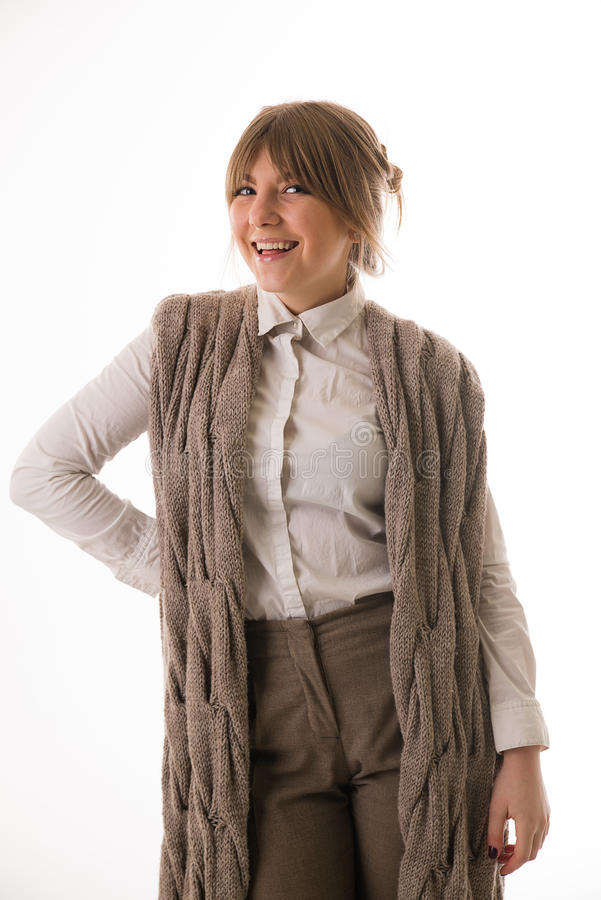Mujer en un suéter que sonríe en un fondo blanco imagen de archivo libre de regalías