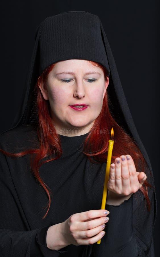Mujer en un traje del monje fotos de archivo libres de regalías