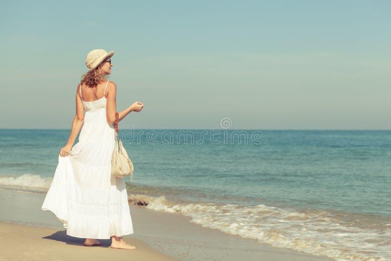 Mujer en un vestido blanco en la costa del océano fotografía de archivo