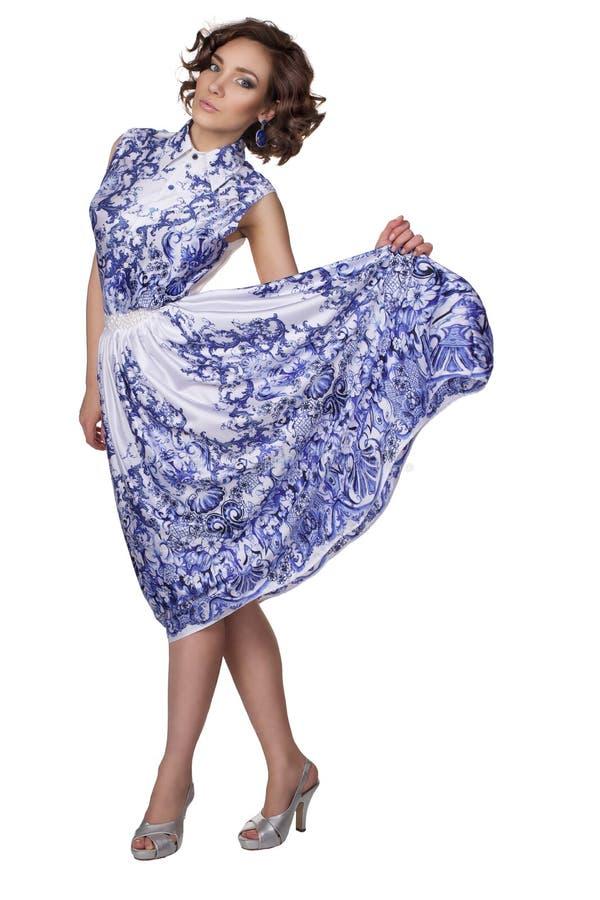 Mujer en un vestido con un gzhel del modelo imágenes de archivo libres de regalías