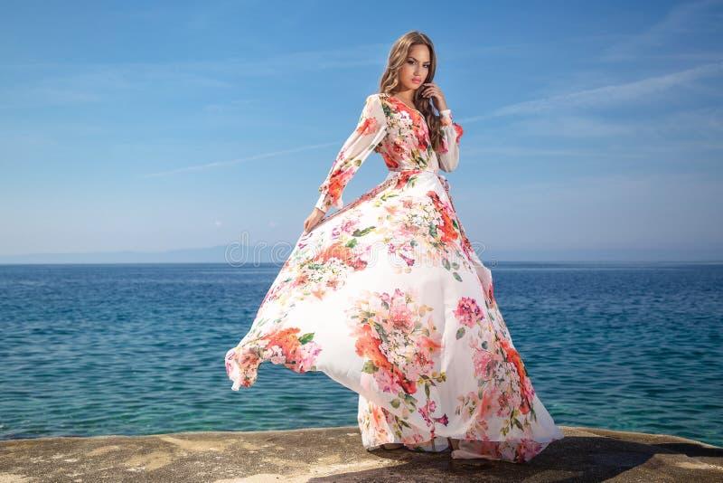 Mujer en un vestido del verano foto de archivo libre de regalías