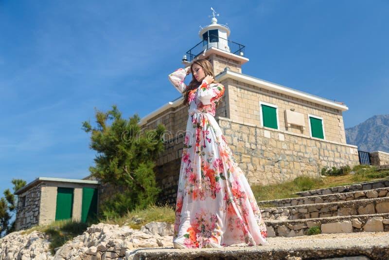 Mujer en un vestido del verano imagen de archivo