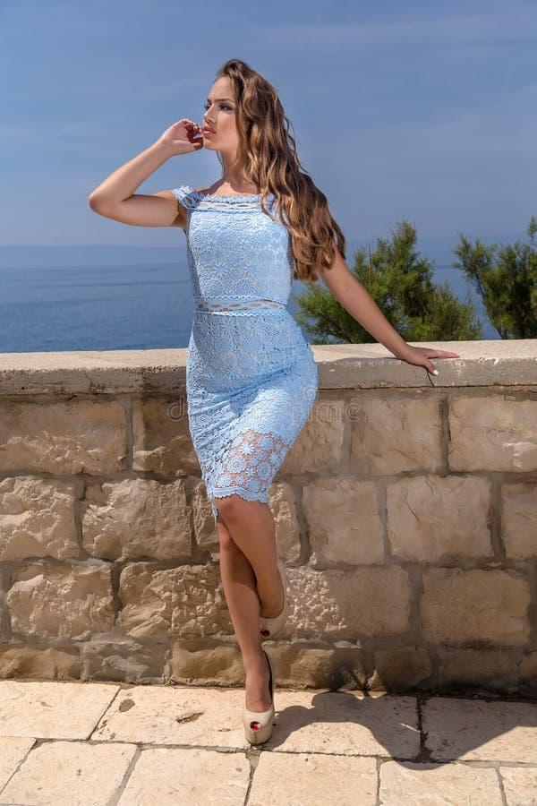 Mujer en un vestido del verano imagenes de archivo