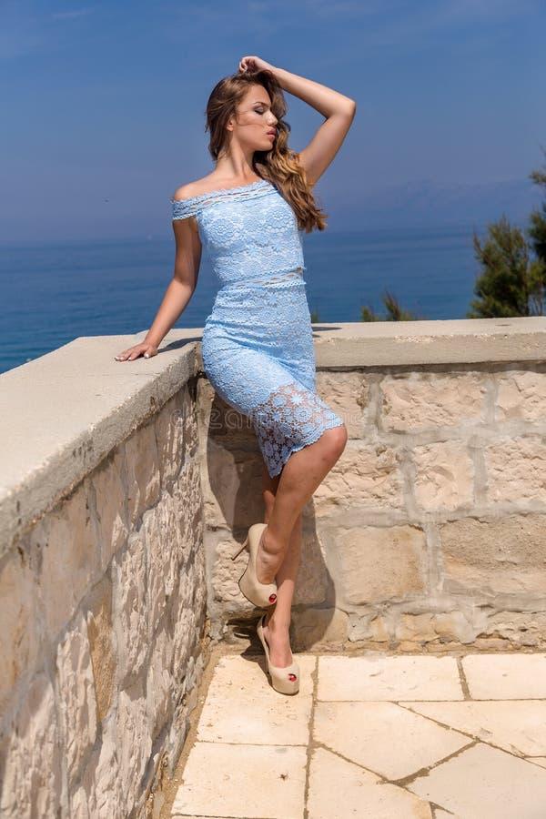 Mujer en un vestido del verano fotos de archivo
