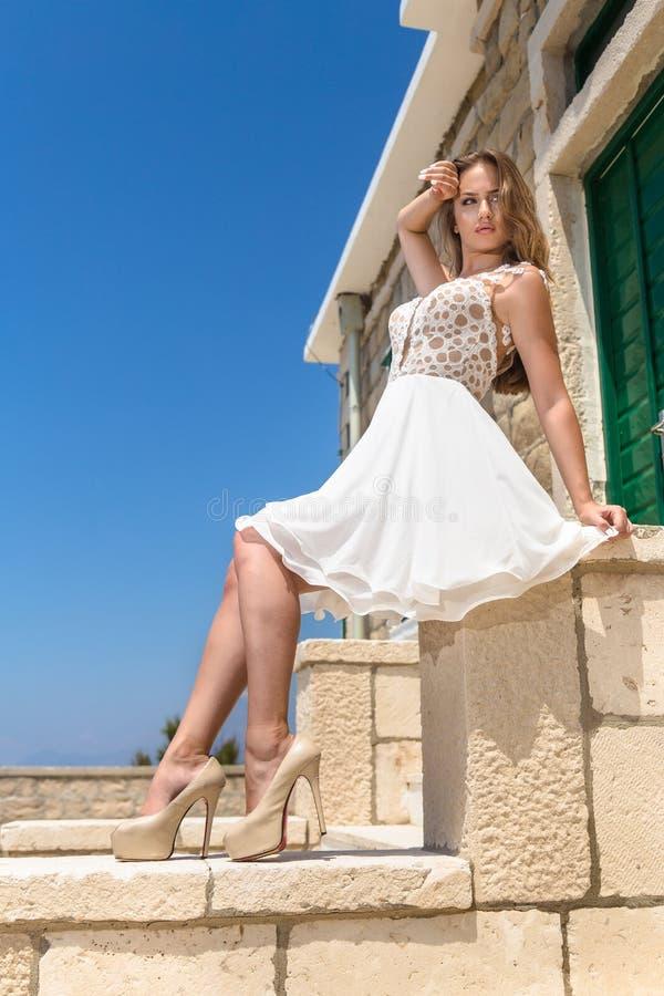 Mujer en un vestido del verano fotografía de archivo