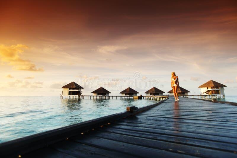 Mujer en un vestido en puesta del sol maldiva fotografía de archivo libre de regalías
