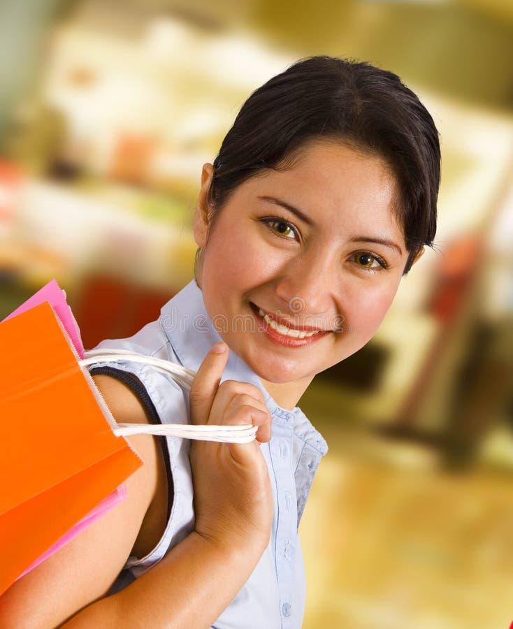 Mujer en una alameda de compras foto de archivo libre de regalías