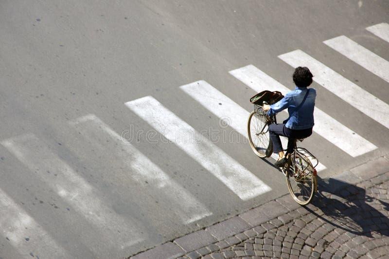 Mujer en una bicicleta fotos de archivo libres de regalías