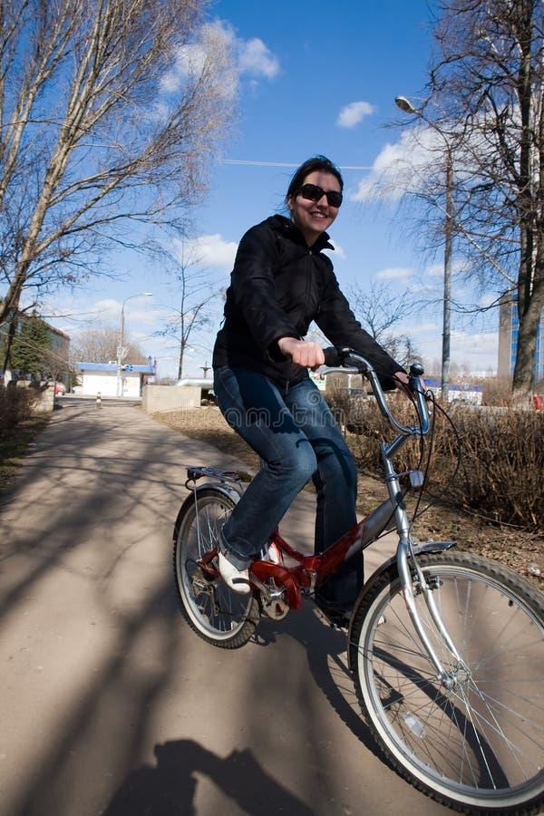 Mujer en una bicicleta fotos de archivo