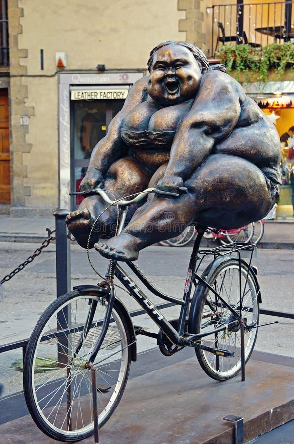 Mujer en una bicicleta imágenes de archivo libres de regalías