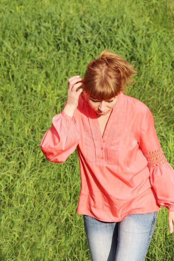 Mujer en una blusa roja imagenes de archivo