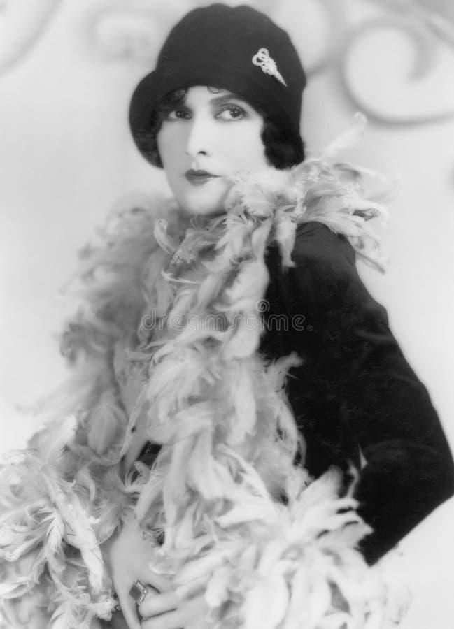 Mujer en una boa de plumas y sombrero (todas las personas representadas no son vivas más largo y ningún estado existe Garantías d fotos de archivo