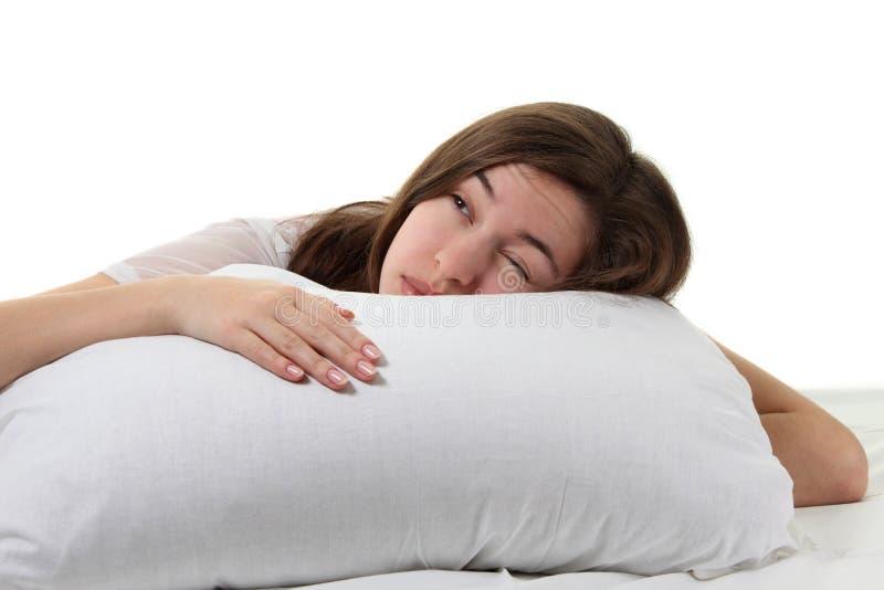 Mujer en una cama imagenes de archivo
