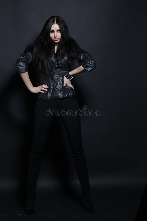 Mujer en una chaqueta de cuero negra elegante imagenes de archivo