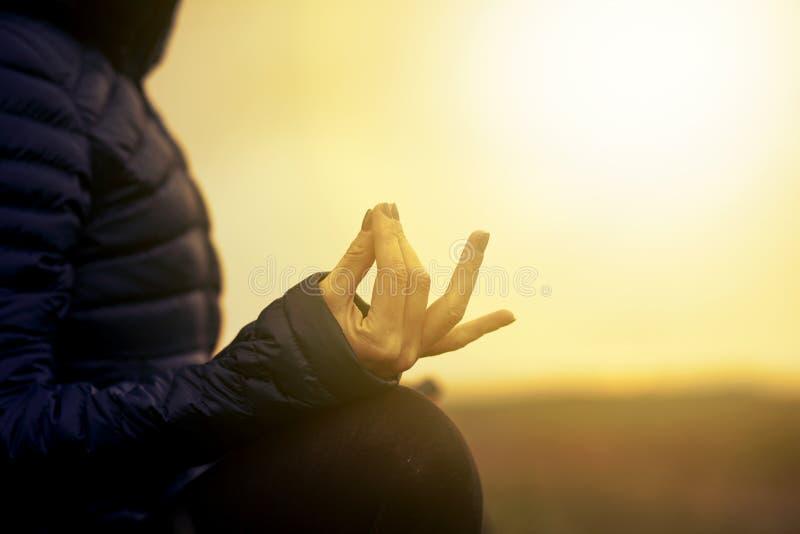 mujer en una pose de yoga al atardecer - atención, meditación, salud mental imagen de archivo libre de regalías