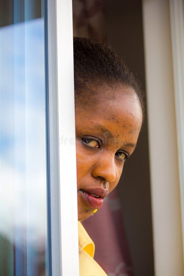 Mujer en una puerta fotografía de archivo libre de regalías