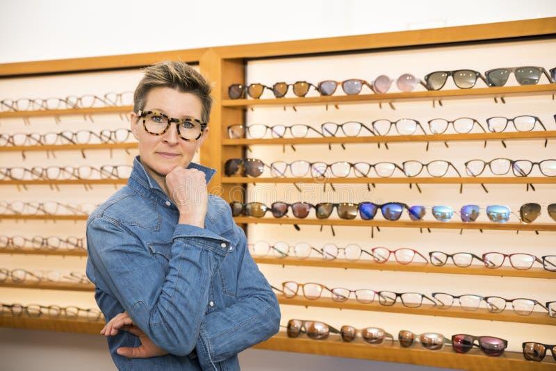 Mujer en una tienda de las gafas fotografía de archivo